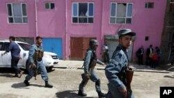 Lực lượng an ninh Afghanistan tại hiện trường vụ tấn công tự sát ở Kabul, ngày 4/5/2015.