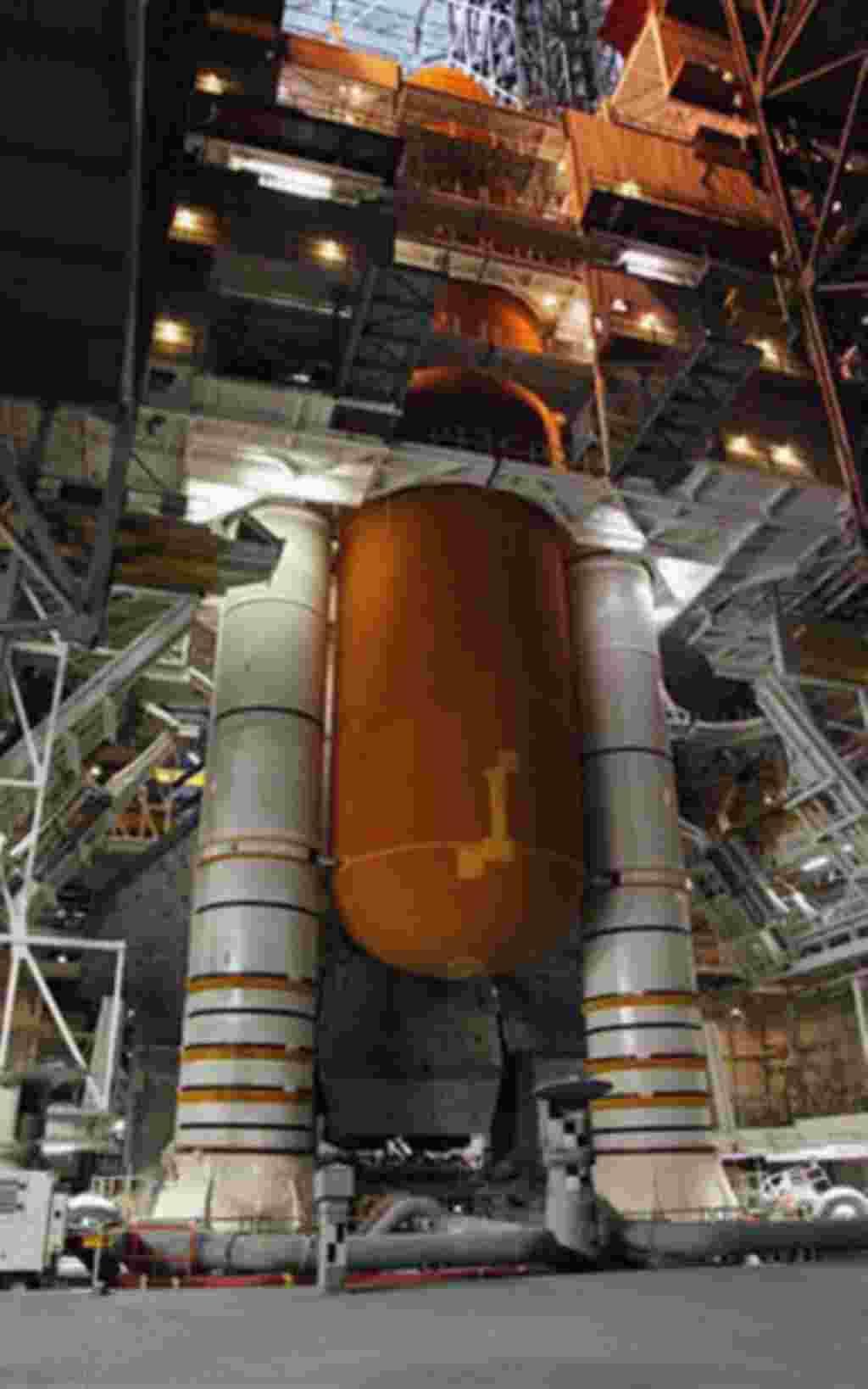 El trasbordador Discovery conectado al tanque tanque de combustible en la base espacial Kennedy, en Cabo Cañaveral, Florida.