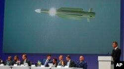 ທ່ານ Wilbert Paulissen ຈາກກຸ່ມນັກສືບສວນສອບສວນ ຮ່ວມກ່າວເຖິງຜົນເບື້ອງຕົ້ນ ກ່ຽວກັບການສືບສວນສອບສວນ ໃນການຍິງເຮືອບິນ ມາເລເຊຍ MH17 ໃນລະຫວ່າງກອງປະຊຸມ ຖະແຫຼງຂ່າວທີ່ເມືອງ Nieuwegein, ປະເທດ ໂຮນລັງ, 28 ກັນຍາ, 2016.