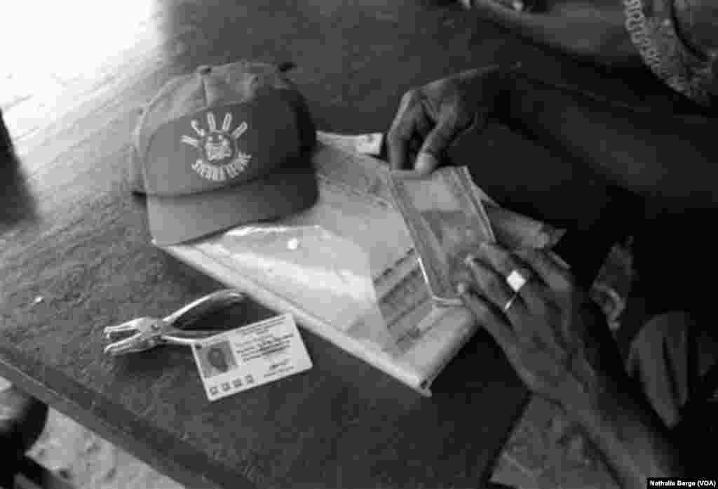 Un responsable du programme Démobilisation, Désarmement et Réinsertion à Kenema, dans l'Est de la Sierra Leone, 2002. (Nathalie Barge, VOA)
