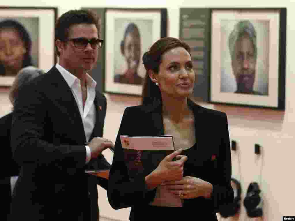 اداکارہ اور اقوام متحدہ کے ادارہ برائے مہاجرین کی خصوصی ایلچی اینجلینا جولی نے پریڈ پٹ کے ہمراہ نمائش میں شرکت کی۔