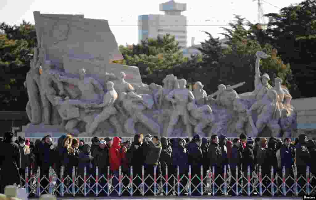 People stand in line to enter the Mausoleum of Mao Zedong in Beijing, Dec. 26, 2013.