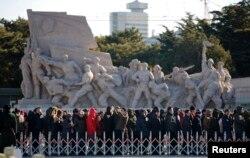 人们在毛主席纪念堂前排队等候入场(2013年12月26日)