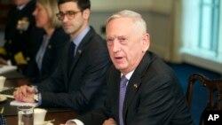 """Міністр оборони Джим Маттіс сказав, що США думають, як захистити людей в Сирії і """"недопустити виходу ескалації з-під контролю""""."""