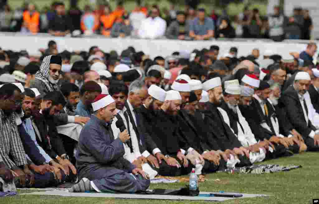 ہیگلے پارک میں نماز جمعہ کے اجتماع کے بعد امام کمال فودا دعا کرا رہے ہیں۔