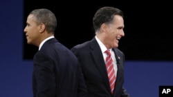 Presiden Obama dan penantangnya dalam pemilihan presiden 6 November, Mitt Romney (kanan).