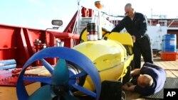Pemeriksaan kapal selam Bluefin-21 oleh tim pencari pesawat Malaysia yang hilang di Samudera Hindia.