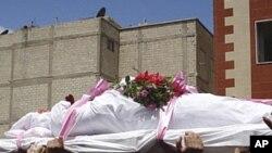 정부군의 발포로 숨진 반정부 시위자들의 장례식