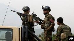 지난 3월 아프가니스탄 정부 군이 수도 카불 의회 건물에 로켓 공격이 있은 후 경계 근무를 서고 있다. (자료사진)