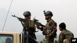 Tentara Afghanistan berjaga di pintu masuk gdeung parlemen di Kabul, Afghanistan (Foto: dok).