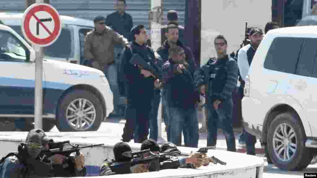 Les agents de police sont déployés à l'extérieur du parlement à Tunis Mars 18, 2015.