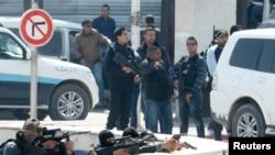 Polisi Tunisia mengamankan lokasi di sekitar gedung parlemen Tunisia di Tunis, Rabu (18/5).