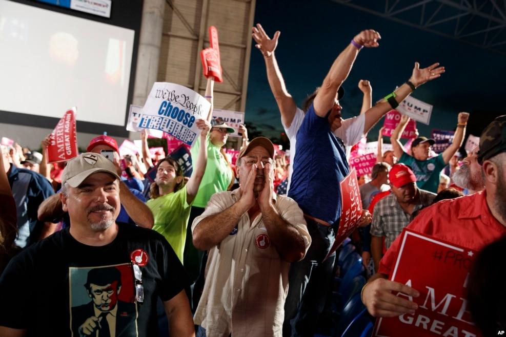 """川普在佛罗里达州的支持者。有人手持标语""""我们,人民,做出了选择"""""""