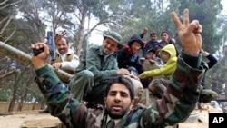 利比亚的抗议者在装甲车中鸣枪庆祝