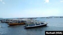 Perahu-perahu penyeberangan ke Gili Trawangan, Meno dan Air di Lombok Utara. (Foto:VOA/ Nurhadi)