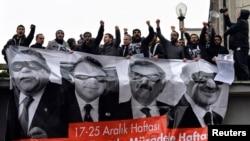 17 Aralık'ta Yolsuzluk operasyonunun birinci yıldönümünde Ankara'da toplanan göstericiler