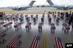 Гробы с телами американских солдат, переданных властями КНДР в США на Объединенной базе Перл-Харбор-Хикам, Гонолулу, Гавайи, 1 августа 2018 года