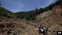救援人员在搜寻巴西泥石流遇难者