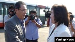 26일 중국의 6자회담 수석대표인 우다웨이 한반도사무 특별대표(왼쪽)가 북한 평양에 도착해 영접 나온 최선희 북한 외무성 부국장과 만났다.
