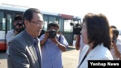 중국의 6자회담 수석대표인 우다웨이 한반도사무 특별대표가 지난 26일 북한 평양에 도착해 영접나온 최선희 북한 외무성 부국장과 악수하고 있다.