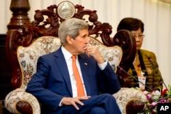 Ngoại trưởng Kerry nói Hoa Kỳ đang cứu xét tăng thêm ngân khoản hiện thời là 19,5 triệu đôla tài trợ cho Lào trong công cuộc tháo gỡ mìn.