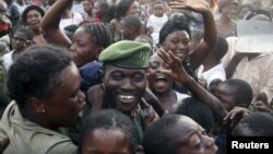 Warga kota Goma bergembira menyambut tentara Kongo saat mereka memasuki kota Goma hari Senin (3/12).