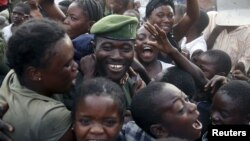 People greet a government army FARDC soldier as he returns to Goma, December 3, 2012.