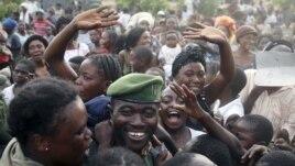 Les locaux accueillent les soldats des FARDC à leur retour à Goma - 3 décembre, 2012