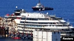 """2014年7月14日,意大利""""協和號""""失事遊輪在吉廖島吉廖港浮出水面。"""