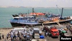 Des activités ont cours au port de la région de Juba à Kismayu, Somalie, le 27 février 2013