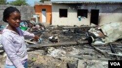 Casa destruída no incêndio do Dia de Natal (VOA/Armando Chicoca)