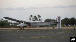 El Solar Impulse 2, un avión a energía solar, tras aterrizar en el aeropuerto Kalaeloa, Hawaii, el 3 de julio de 2015.