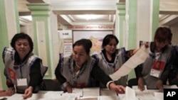 후보자 등록 서류를 처리하는 선관위 직원들