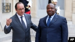 Le président français François Hollande, à gauche, reçoit son homologue gabonais Ali Bongo Ondimba, à l'Elysée à Paris, France, 10 novembre 2015. (AP Photo / Francois Mori