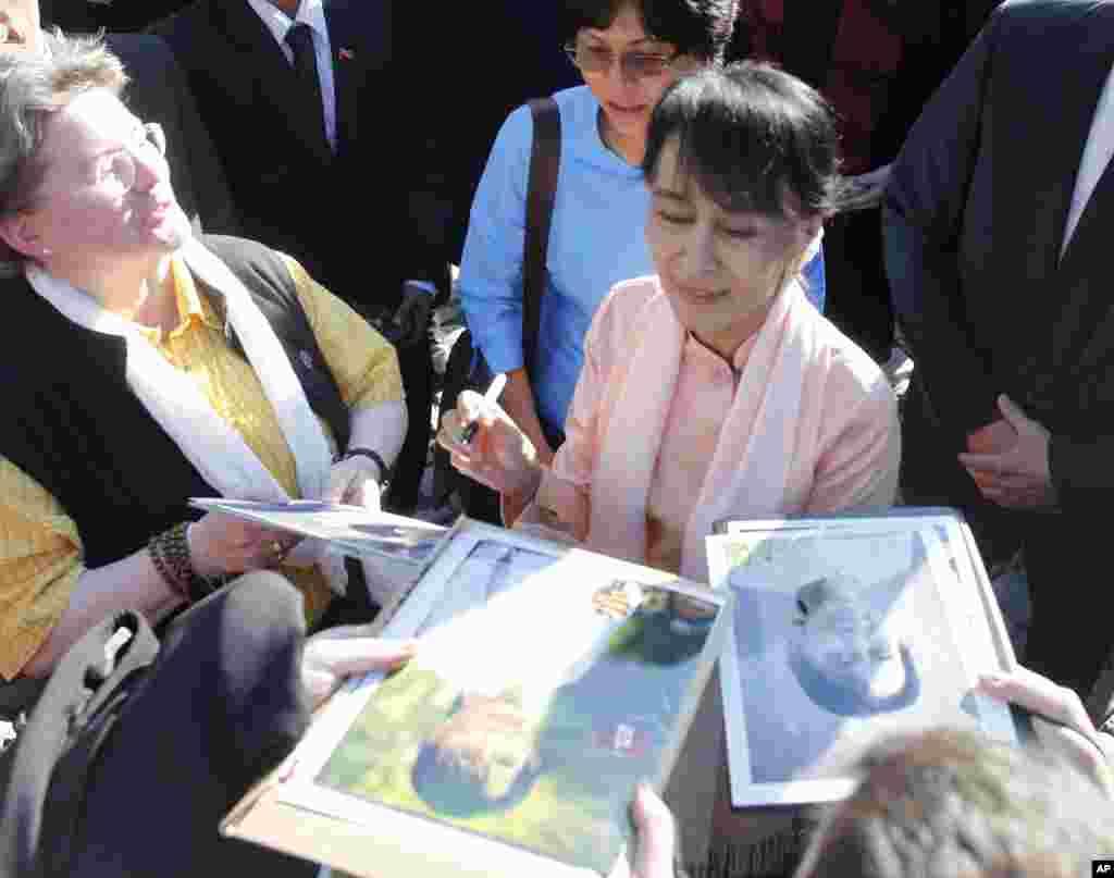 缅甸民运领袖昂山素季在瑞士伯尔尼的议会外亲笔签名留念。