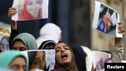 """Female relatives of women prisoners shout slogans against the military and the interior ministry at an event called """"Release Our Girls"""" during International Women's Day in front of the Press Syndicate in Cairo, Egypt, March 8, 2016."""