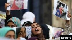 Para kerabat dan aktivis Mesir melakukan demonstrasi menuntut pembebasan tahanan perempuan bertepatan Hari Perempuan Internasional di Kairo, Mesir, Selasa (8/3).