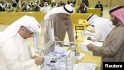 Petugas pemilu Kuwait mulai membuka kotak suara seusai ditutupnya TPS untuk pemungutan suara di Khalidiya (1/12). Kelompok oposisi menyatakan keberhasilan mereka dalam melakukan aksi boikot dalam pelaksanaan pemilihan legislatif kali ini.