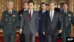 Президент Южной Кореи Ми Лен Бак (в центре) и новый министр обороны Ким Хван Чин (слева от президента)