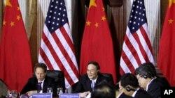 ທ່ານ Timothy Geithner ລັດຖະມົນຕີການເງິນສະຫະລັດ (ນັ່ງຢູ່ເບື້ອງຊ້າຍ ) ພົບປະກັບທ່ານ Wang Qishan ຮອງນາຍົກລັດຖະມົນຕີຈີນ ນັ່ງທາງກາງ ທີ່ກອງປະຊຸມດ້ານຍຸດທະສາດແລະເສດຖະກິດ ທີ່ກຸງ ວໍຊິງຕັນ ວັນທີ 9 ພຶດສະພາ 2011