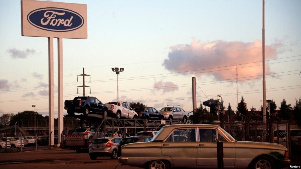 En esta foto de archivo se ve un Ford Falcon en la entrada al estacionamiento de la fábrica de Ford en Pacheco, en las afueras de Buenos Aires, Argentina, el 22 de mayo de 2014.