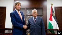 24일 존 케리 미 국무장관(왼쪽)이 요르단 서안지구에서 마흐무드 압바스 팔레스타인 자치정부 수반과 만나 악수하고 있다.