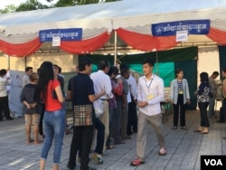 FILE: Voters queue to cast their ballots in the fourth commune election, in Phnom Penh, Cambodia, in June 04, 2017. (Hean Socheata/ VOA Khmer)