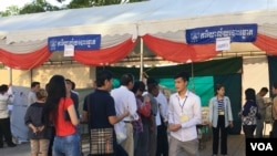 File photo: Cambodian voters queue to cast their ballots in the fourth commune elections in Phnom Penh, Cambodia, on June 04, 2017. (Hean Socheata/ VOA Khmer)
