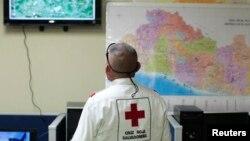 Un miembro de la Cruz Roja de El Salvador observa una pantalla luego de que un terremoto magnitud 7,4 sacudiera el país el lunes por la noche.