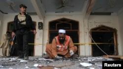 ក្រុមអ្នកជួយសង្រ្គោះប្រមូលយកភ័ស្តុតាងពីកន្លែងកើតហេតុនៃការផ្ទុះគ្រាប់បែកនៅក្នុងវិហារ Shi'ite នៅក្រុង Peshawar ប្រទេសបាគីស្ថាន កាលពីថ្ងៃទី១៣ ខែកុម្ភៈ ឆ្នាំ២០១៥។