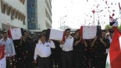 ماموران پلیس سوری در تشییع جنازه همکاران خود ار بیمارستانی در دمشق، سوریه ۷ ژوئن ۲۰۱۱