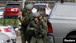 Tentara dan polisi Kanada mengamankan gedung parlemen di Ottawa untuk mencari tersangka penembak seorang tentara, Rabu (22/10).