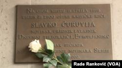 Spomen ploča u centru Beograda gde je ubijen novinar Slavko Ćuruvija, Foto: VOA