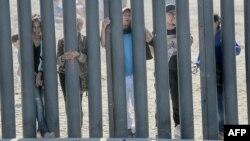 Berdasarkan faktanya jumlah imigran ilegal yang ditangkap di perbatasan semakin menurun.